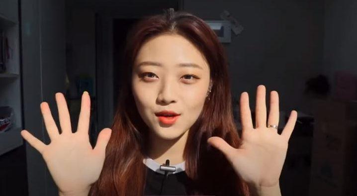 あいさつをしている韓国人美女
